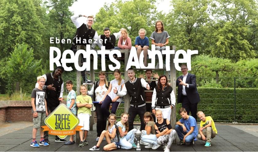 • De kinderen van de Eben Haëzer met de rappers van Traffic Skills.