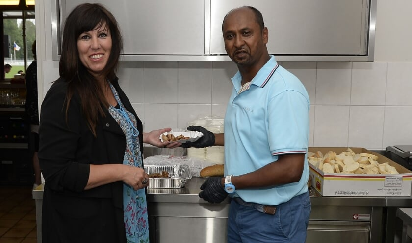 Koken is een grote hobby van de nieuwe wethouder, hier samen met zijn vrouw Ninetta.