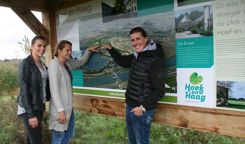 • Leden van bewonersgroep Hartenkreet Hagestein wijzen de plek van Kasteelterrein aan.