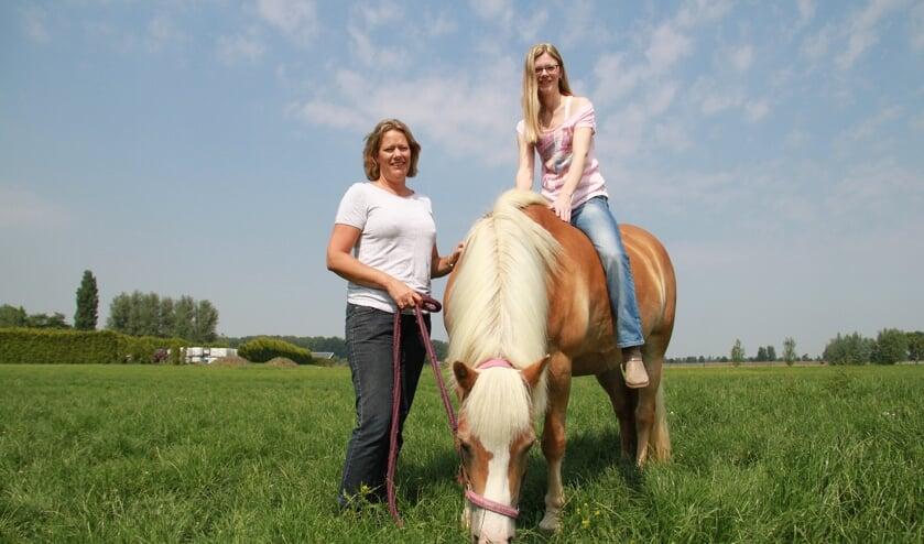 • Francisca (links) schakelde een van haar paarden in om Saskia te helpen.