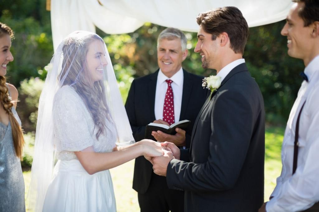 Minister giving speech to bride and groom during wedding Foto:  © Alblasserwaard
