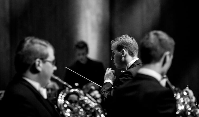 • Dirigent Paul van Dalen in volle concentratie.