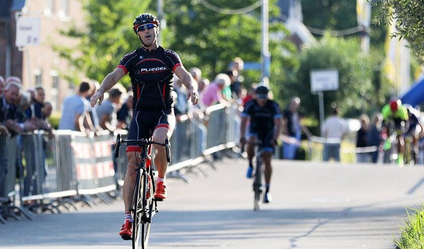 • Marco Luyten voorkomt een sprint en wint solo.