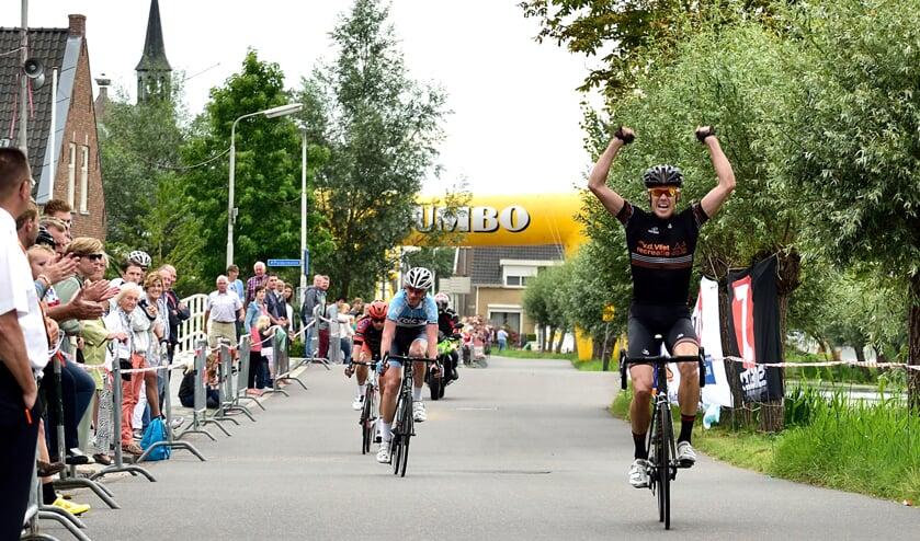 • De wielrenners komen ook dit jaar weer langs in Molenaarsgraaf en Brandwijk.
