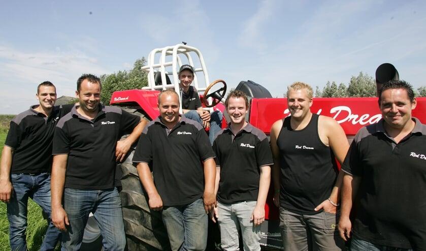 Vlnr: Lean van Rees, Lennard en Henry Boer, Erik Nugteren, Bart den Toom, Erik Bassa. Achter het stuur: Laurens van Vuuren.