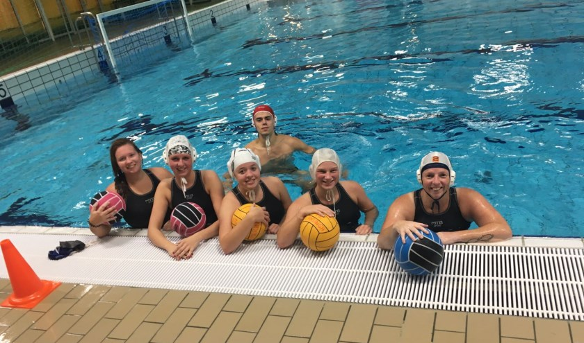 • Een aantal waterpolodames met hun trainer.