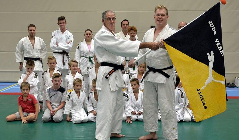 Cees van Maastrigt draagt symbolisch de vlag over aan Alex van der Wiel.