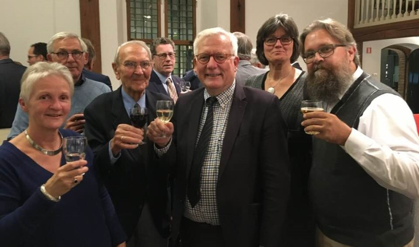 • Vreugde bij stichting Herbouw Wipkorenmolen. Na afloop wordt er getoost met verantwoordelijk wethouder Harry van Tilburg.