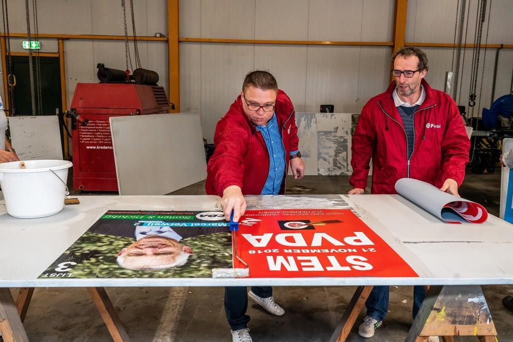 Vijfheerenlanden  verkiezingsposters plakken Foto: Nico Van Ganzewinkel © Leerdam