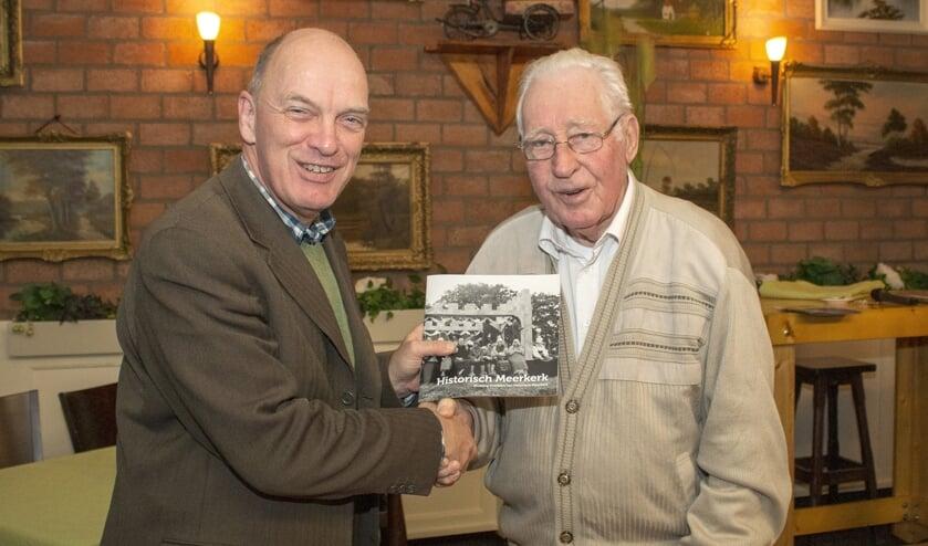 • Wilbert de Jong overhandigt het boek aan Wim den Hartog.