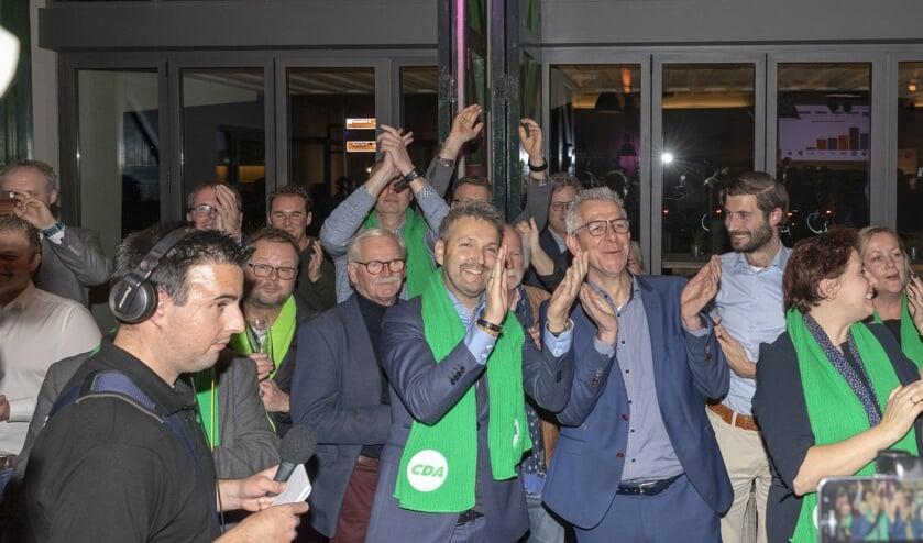 <p>Gerard Paans, hier rechts naast lijsttrekker en wethouder Roland van Vugt tijdens de uitslag van de eerst gemeenteraadsverkiezingen voor Altena in 2018.</p>