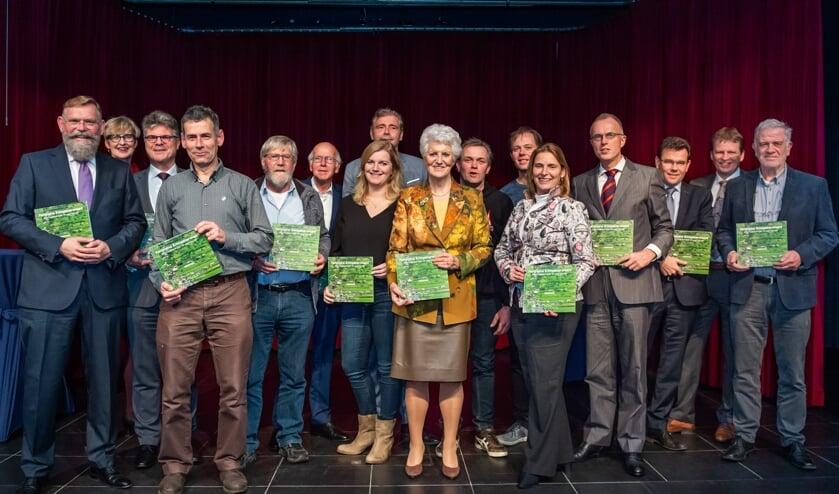 • Oud-minister Sybilla Dekker (midden) heeft zojuist het Panorama Krimpenerwaard uitgereikt aan alle betrokken vertegenwoordigers.