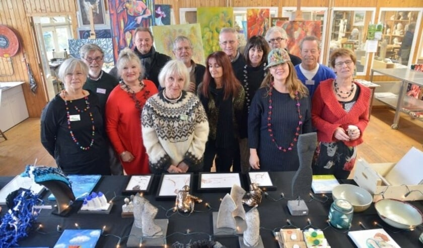 Leden van het Montfoorts Kunstenaars Collectief verkopen kleine kunststukjes voor de komende feestdagen (Foto: Paul van den Dungen)