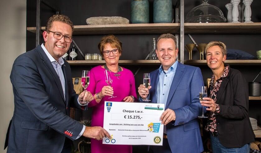 • Bart Baars (Rotary Alblasserwaard), Margreet den Hartog (Rotary Kinderdijk) en Jacco van Kleef en Corine Monster (Stichting Lach voor een Dag) met de cheque (v.l.n.r.).