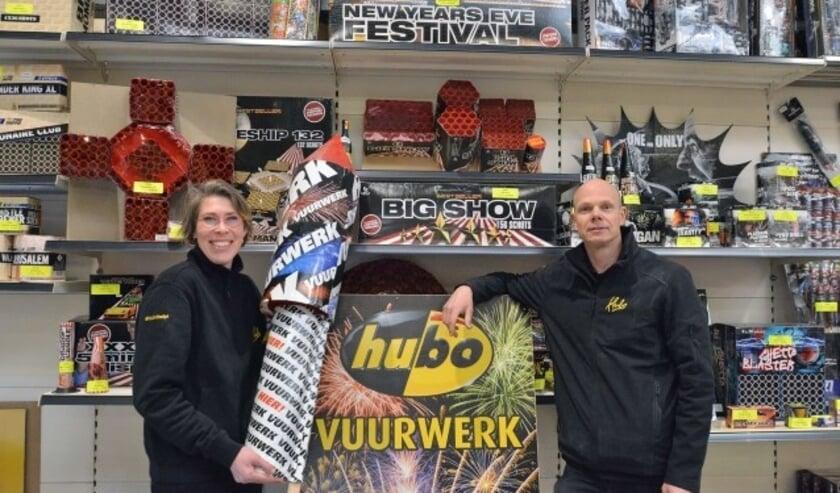 Wypke en John Jongeneel van de HUBO in Montfoort staan klaar voor voor de vuurwerkverkoop van 2018 Foto: Paul van den Dungen