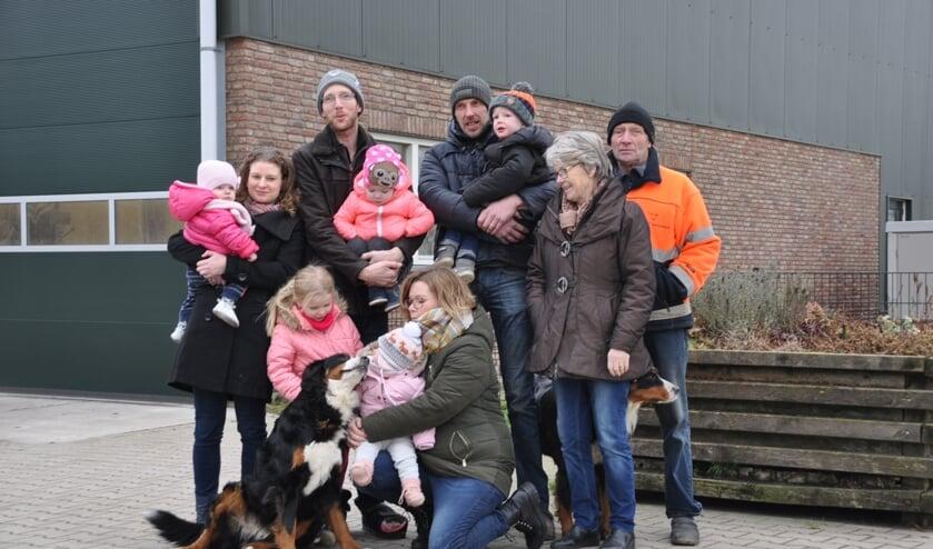 Drie generaties familie Van Winden voor hun schuur vol zonnepanelen. Ze gaan leveren aan Altena Nieuwe Energie.