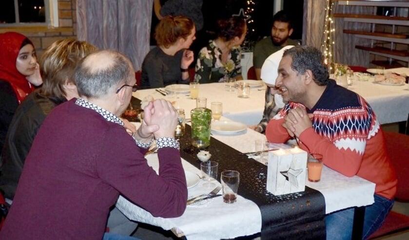 """Syriërs en Nederlanders genoten van het feestelijke etentje. Net als initiatiefnemer Marlieke: """"Misschien volgend jaar weer."""" (Eigen foto)"""