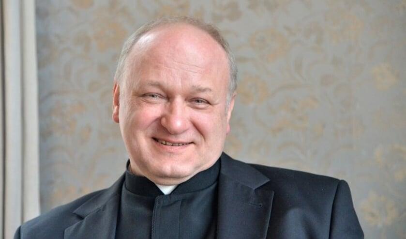 De nieuwe pastor Zygfryd Nowara is het pastoraal team van de Heilige Drie Eenheid parochie komen versterken. (Foto: Paul van den Dungen)