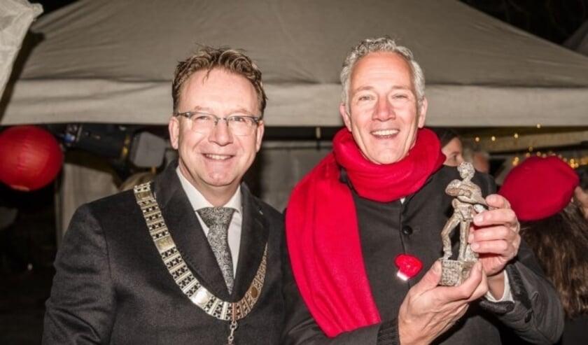 Een stralende voorzitter Jos Bol nam namens de organisatie van de Kerstavond van mevrouw Klein Sprokkelhorst de gemeentelijke onderscheiding in ontvangst (Foto: Tony Buijse)