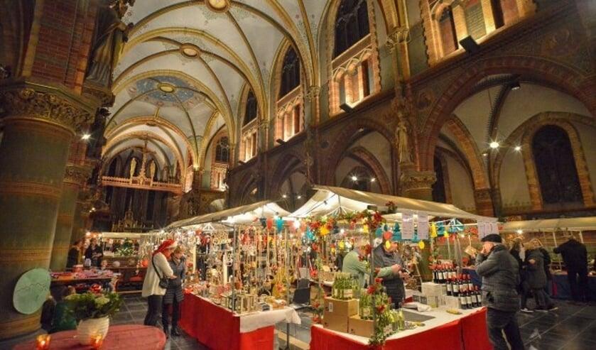 Kerstmarkt in de Sint Franciscuskerk in Oudewater, een jaarlijks hoogtepunt. De opbrengst is voor de restauratie van de kerk.(Foto: Paul van den Dungen)