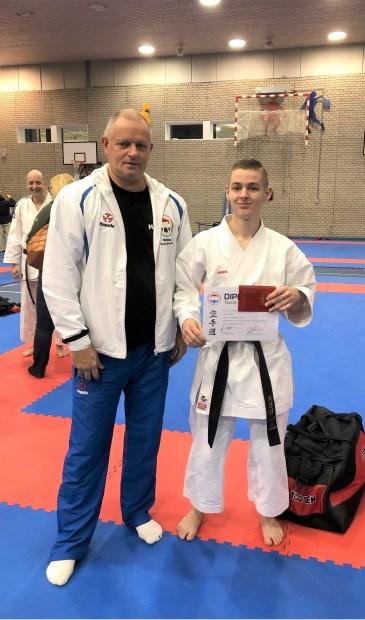 • Yordy van Arkel toont vol trots zijn diploma.