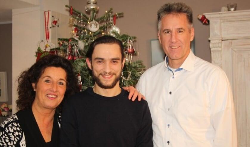"""Een trotse Karin en Edwin Mentink met Claudiu: """"Daar doet de stichting Roemeense Kinderhulp het voor!"""" Foto: (Lysette Verwegen)"""