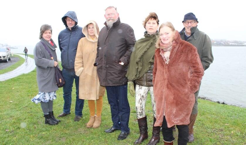 • Peter Breedveld (vierde van links) en Liesbeth Klip (tweede van rechts) samen met een delegatie van bezorgde Lekkerkerkers.