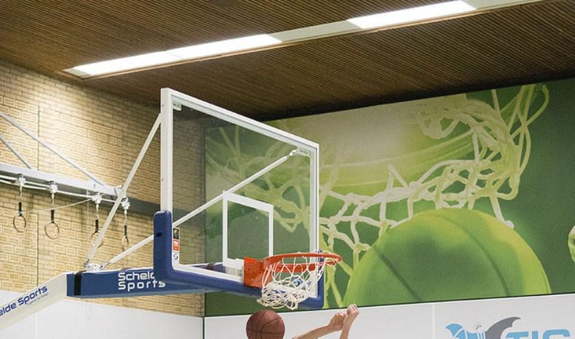 • Niels Plieger helpt zijn team met een 'dunk' naar de zege.