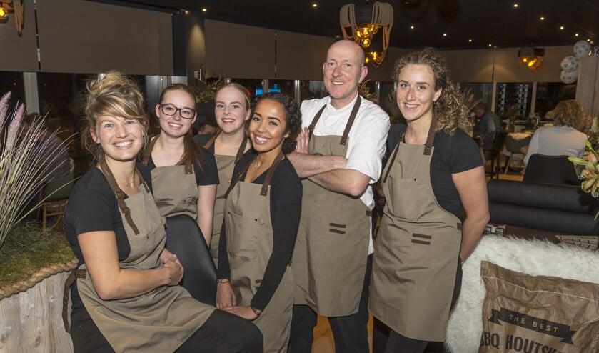 • Lisanne van Erk (l) met enkele teamleden en chef-kok Arie Sloof tijdens de openingsavond.