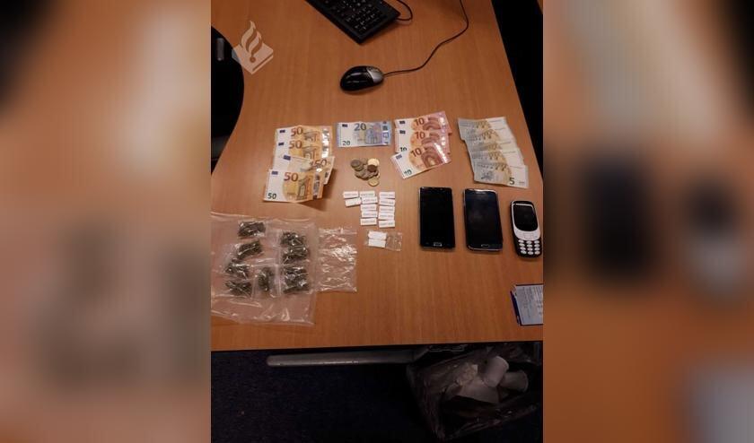 • In de auto lag een grote hoeveelheid drugs en cash geld. Daarnaast diverse telefoons.