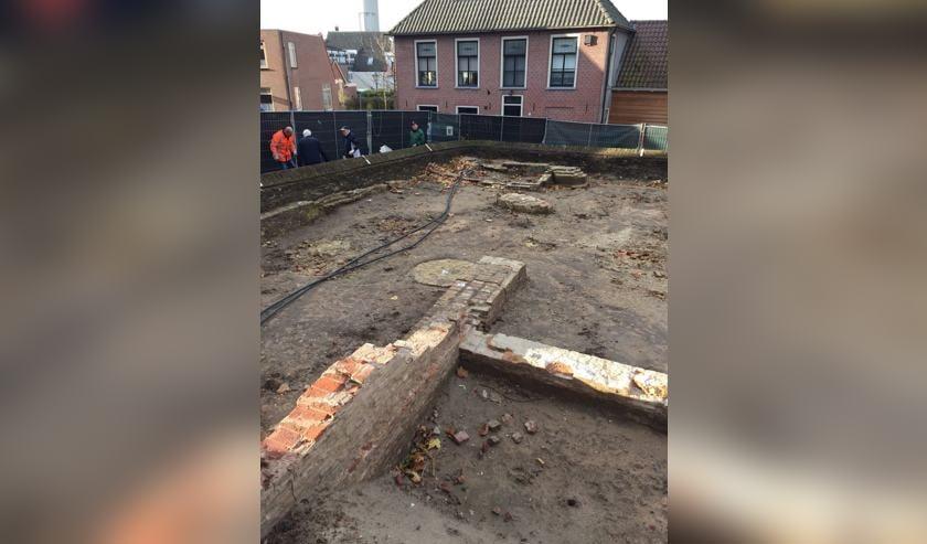 De opgravingen bij de kerk.