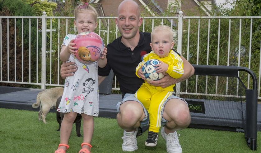• Elgar Mudde met zijn kinderen op het voetbalveldje in de achtertuin.