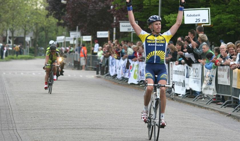 • Lieuwe Westra gaat winnend over de finish van de Arno Wallaard Memorial 2009.