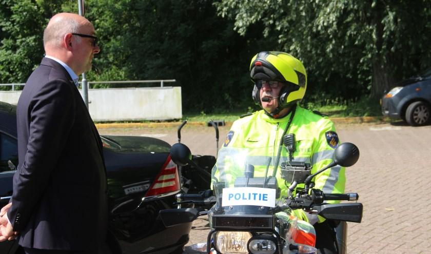 • Burgemeester Martijn Vroom nam een kijkje bij de controle op het terrein van DCV aan het Waalplantsoen.