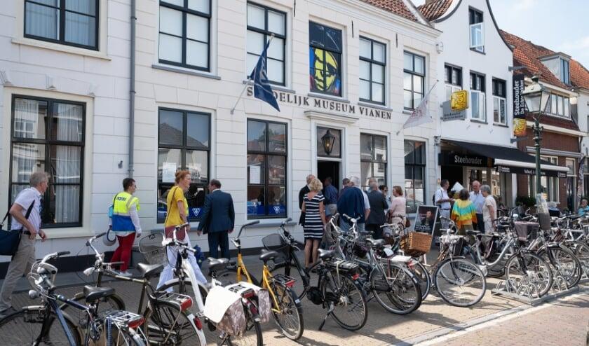 • Het Stedelijk Museum in betere tijden: bij de opening van de Jan Blanken-tentoonstelling