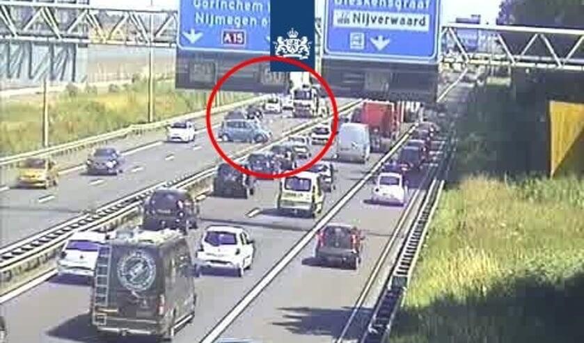 • Een beeld van het eerder ongeval op de A15.