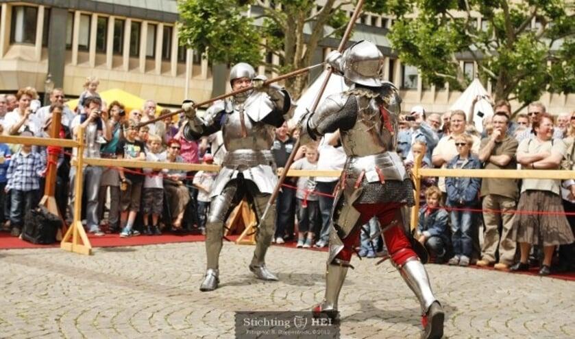Ridders te voet gaan in de arena de strijd aan in het Kasteelpark. (Foto: Niels Stappenbeck / Stichting HEI)
