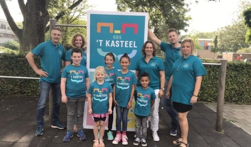 Leerlingen, team en ouders van 't Kasteel zijn trots op de nieuwe naam en het logo, waarin alle symboliek samenkomt. (Foto: Anja Linschoten)