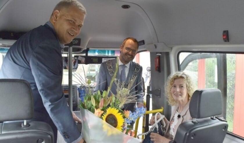 Mevrouw Schoone, die nietsvermoedend de buurtbus 505 nam richting IJsselstein, kreeg als half miljoenste reiziger een bijzonder escorte en bloemen van voorzitter Van de Veen. (Foto: Buurtbusvereniging)