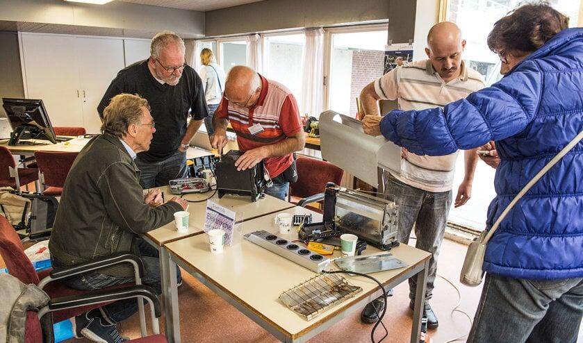 Bij het Repair Café maken mensen samen met deskundigen hun spullen.