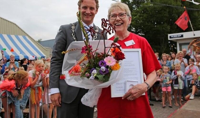 Ria Harreveld-Konings ontving bij haar afscheid de stadspenning van Oudewater. (Foto Alex de Kuijper)