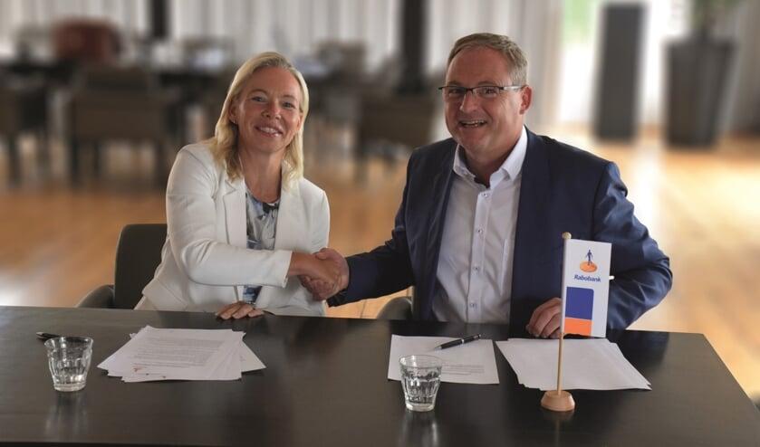 • Judith Cok en Caspert van der Wel tekenen intentieverklaring samenvoeging Rabobank Krimpenerwaard en Rabobank Gouwestreek
