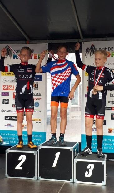 • Aron van Vugt nam een medaille en een Brabantse trui in ontvangst.