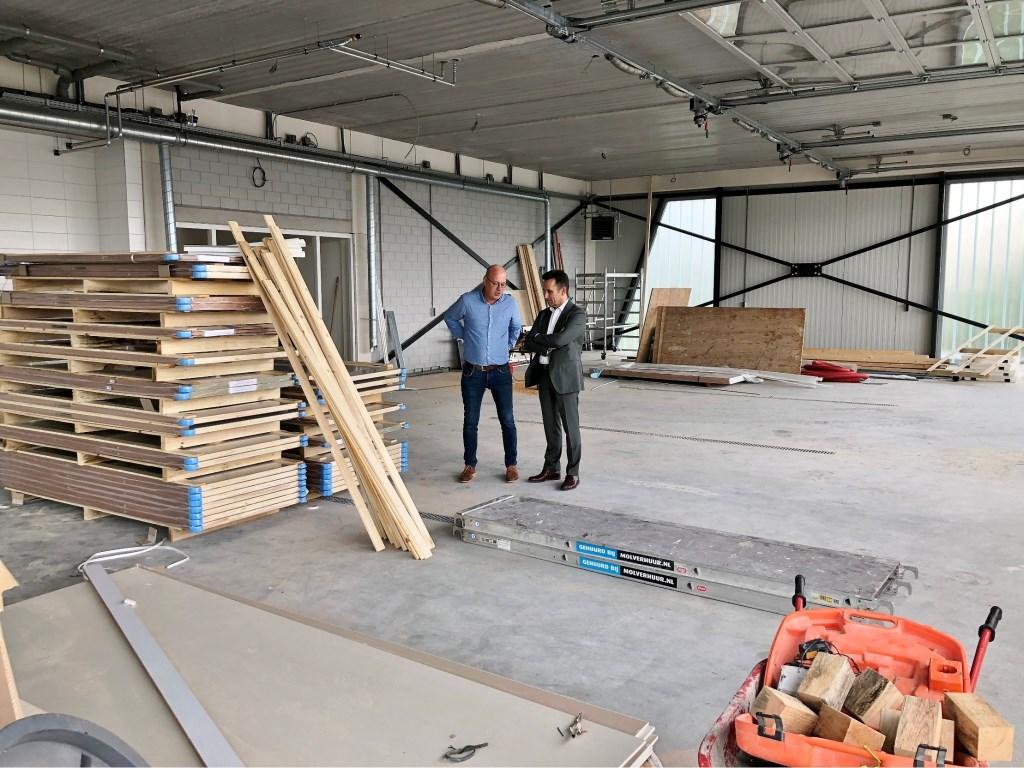 In de garage van post Papendrecht bevinden zich vijf opstelplaatsen voor ambulances met elk een eigen roldeur.  © Alblasserwaard