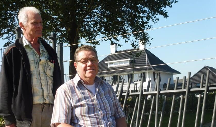 Jan Taal en Piet Versluis bij het hertenpark. De hertjes zelf houden zich liever even schuil.