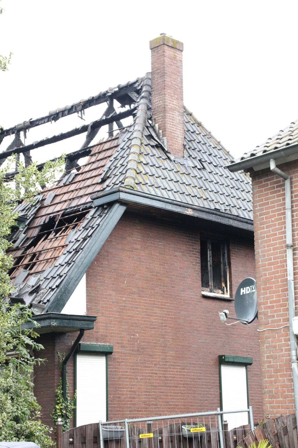 • De oostelijke schoorsteen, die instabiel is geraakt en afgebroken zal worden. Foto: Bert Bons © Alblasserwaard