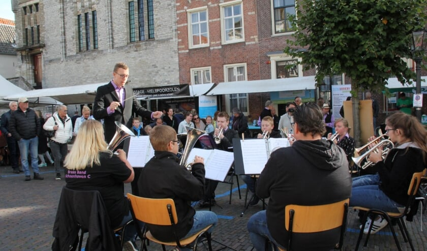 <p>BrassBand Schoonhoven C speelt voor de bezoekers van Bartholomeusdag in 2018.</p>