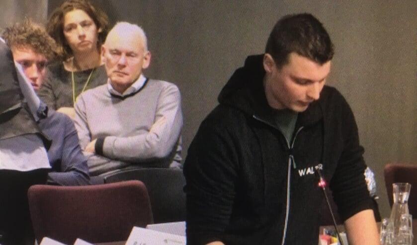 • Inspreker Walter de Vries namens het Agrarisch Jongeren Kontakt Krimpenerwaard. (beeld: RTV Krimpenewaard)