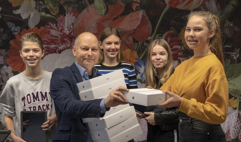 • Directeur Ronald van der Vlies van De Lingeborgh heeft de eerste iPads uitgereikt.