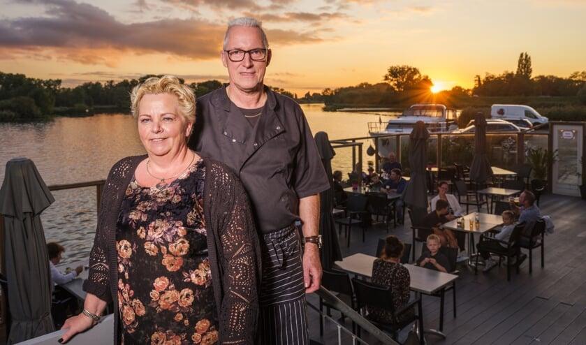 • Gerda en Marco Kruger met achter hen het prachtige zicht op de Linge.